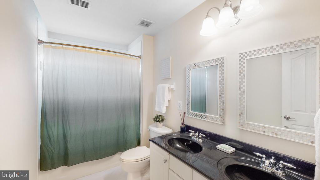 Full bath with dual sinks - 31 CRAWFORD LN, STAFFORD