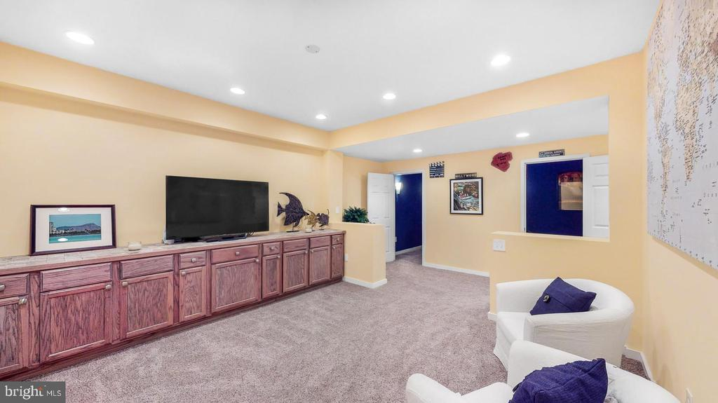 Rec room with built-in cabinets - 31 CRAWFORD LN, STAFFORD