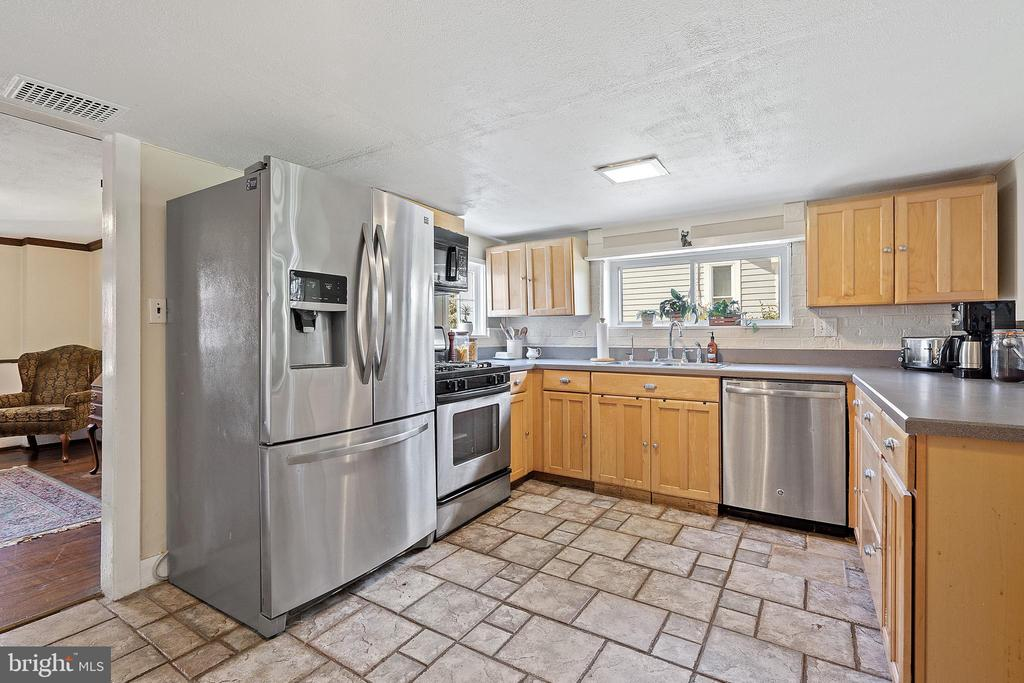SS appliances & plenty of room for the chef! - 17350 DRY MILL RD, LEESBURG