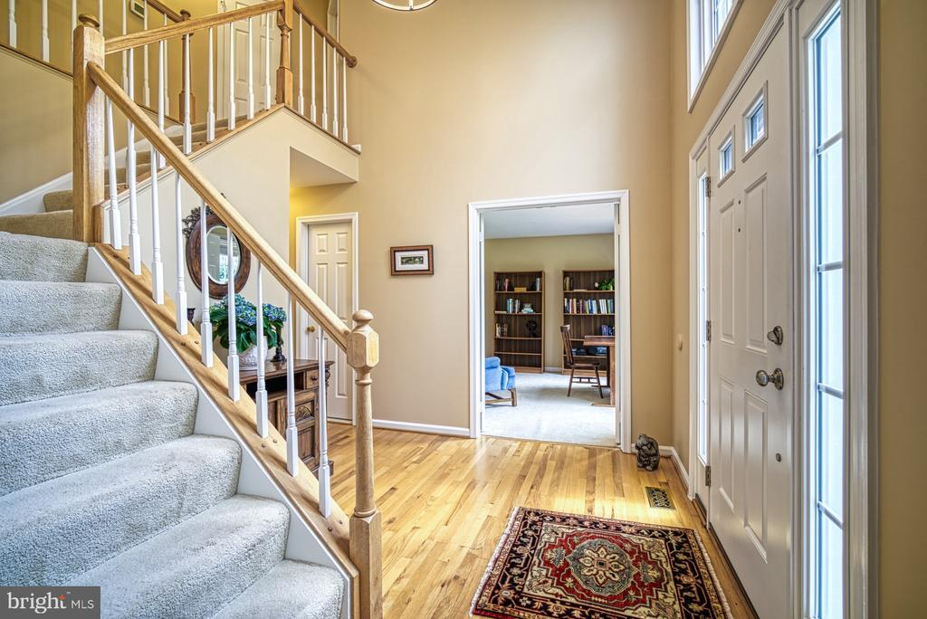 2 story foyer and turned staircase - 12216 HEATHER WAY, HERNDON
