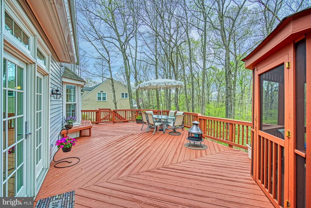 Deck table set and grill convey! - 12216 HEATHER WAY, HERNDON