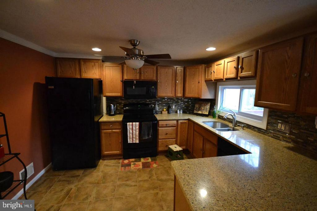 Large Kitchen Granite counter tops - 16007 FAIRWAY DR, DUMFRIES