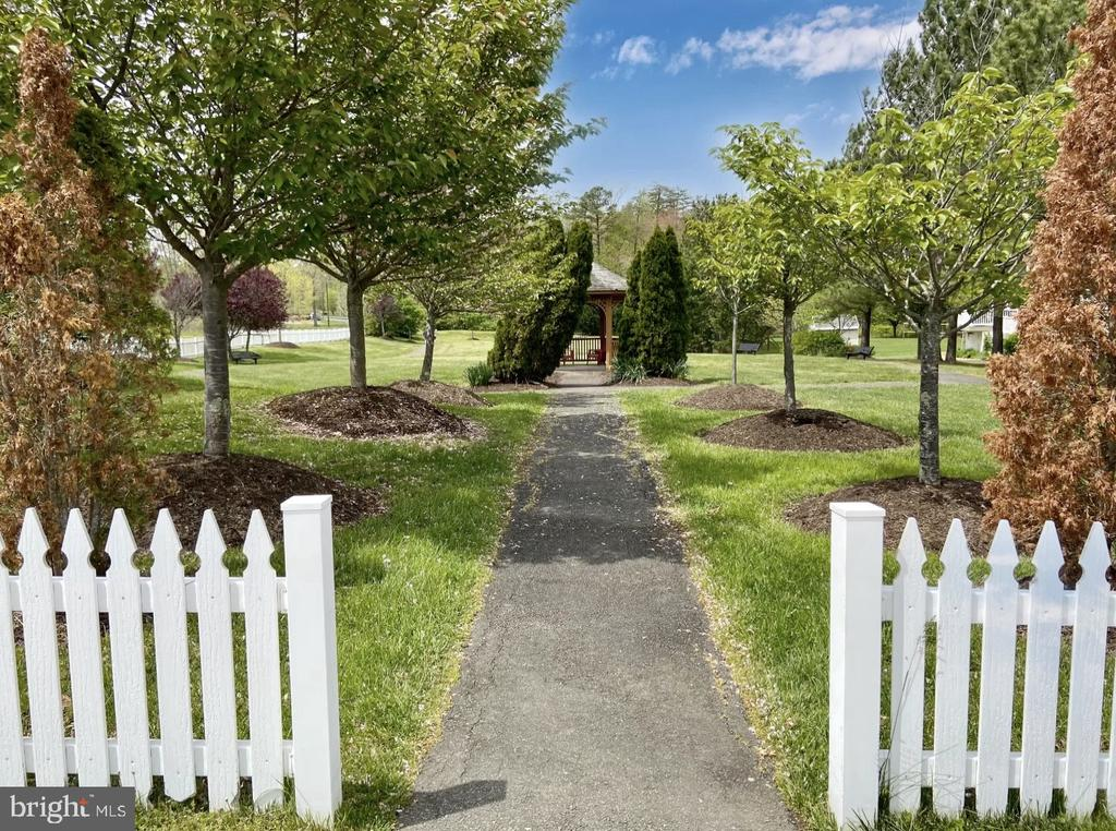 Community with white picket fences throughout! - 31 CRAWFORD LN, STAFFORD