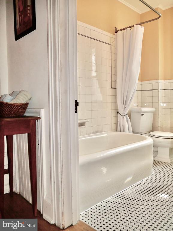 The upper home~s bath - 900 SOUTH CAROLINA AVE SE, WASHINGTON