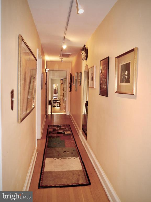 upper hallway provides display for art - 900 SOUTH CAROLINA AVE SE, WASHINGTON