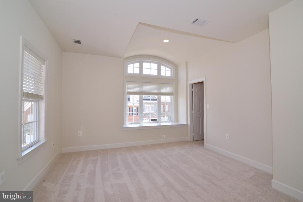 Upper Level EnSuite Bedroom #2 with Window Seat. - 18229 CYPRESS POINT TER, LEESBURG