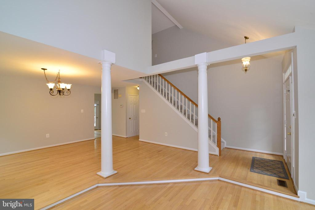 Main level Architectural features - 11612 OLD BROOKVILLE CT, RESTON