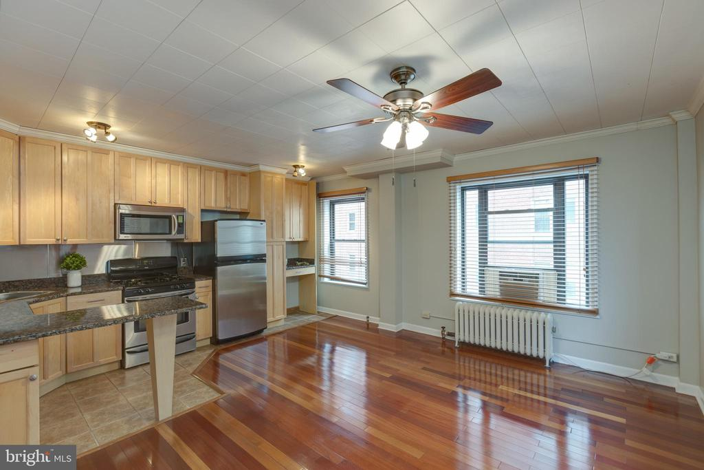 Light and bright throughout the unit - 2100 19TH ST NW #604, WASHINGTON