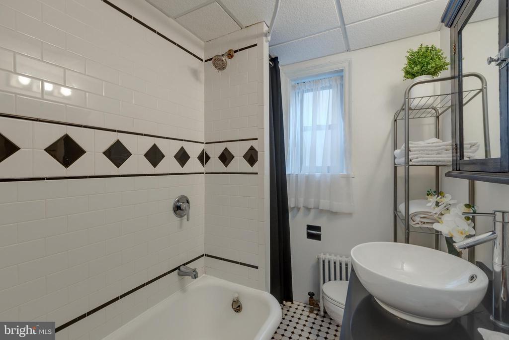 Charming bathroom - 2100 19TH ST NW #604, WASHINGTON