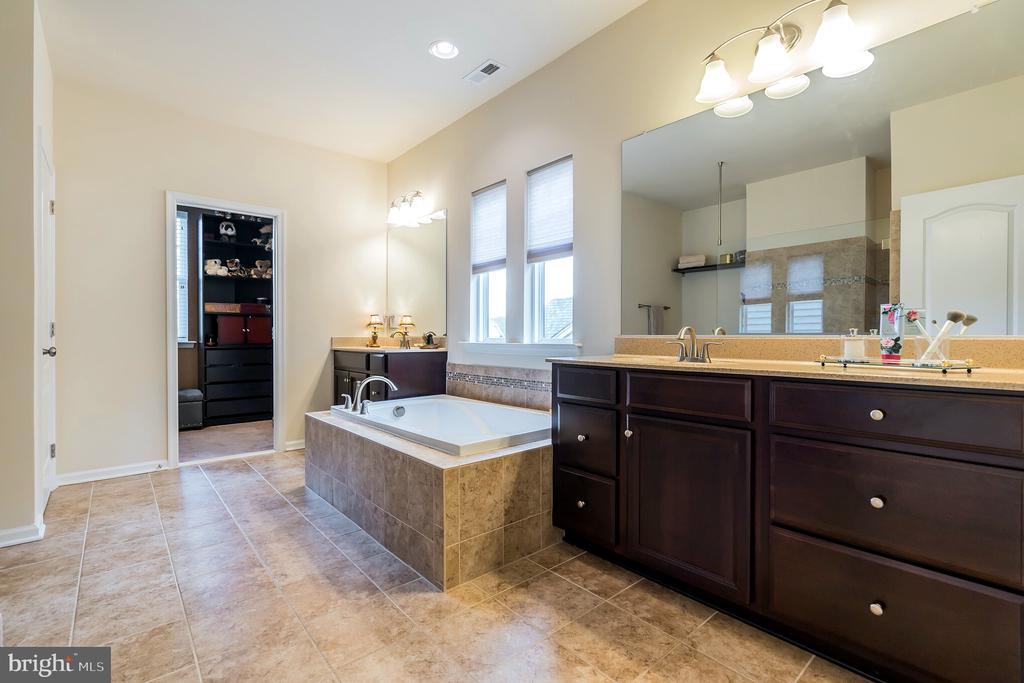 Soaking tub divides vanities in master bath - 17 WAGONEERS LN, STAFFORD