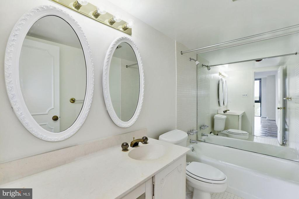 Owner's Full Bath - 4620 N PARK AVE #1005E, CHEVY CHASE