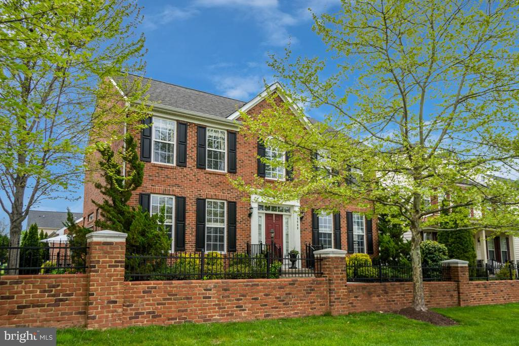 BEAUTIFUL 3 SIDES BRICK COLONIAL - 18009 DENSWORTH MEWS, GAINESVILLE