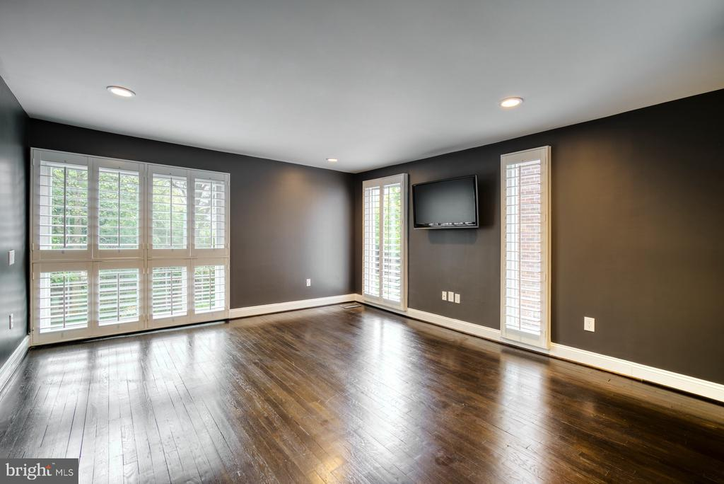 Oversized Bedroom #2 is ensuite w/private bath - 11338 LINKS DR, RESTON