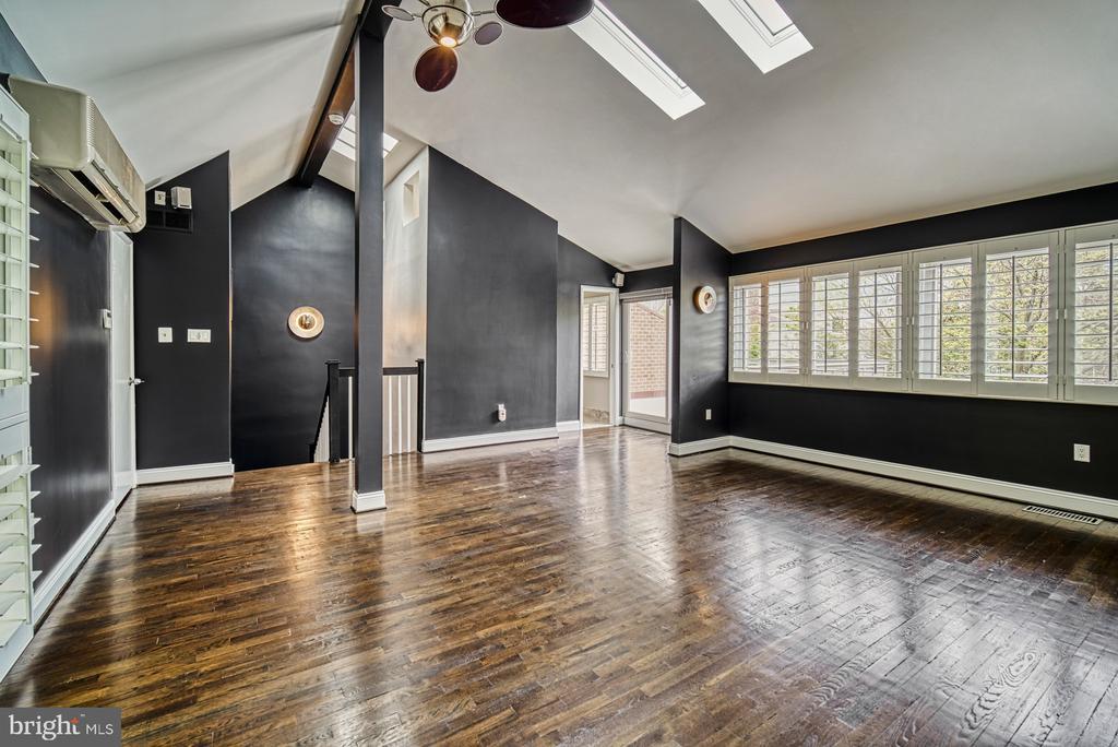 Stunning Master Bedroom Suite on 3rd Level - 11338 LINKS DR, RESTON