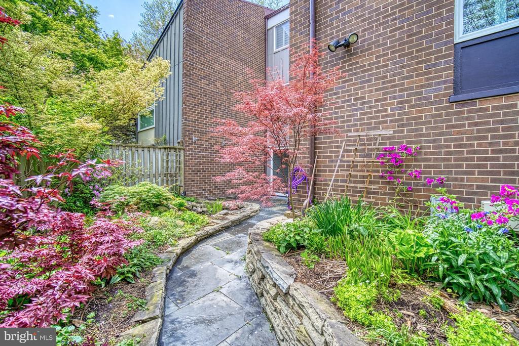 Perennial Garden is horticulturist haven - 11338 LINKS DR, RESTON