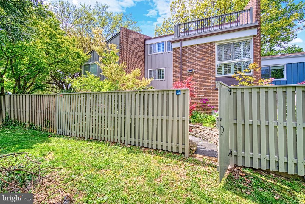 Fenced Rear Yard - 11338 LINKS DR, RESTON