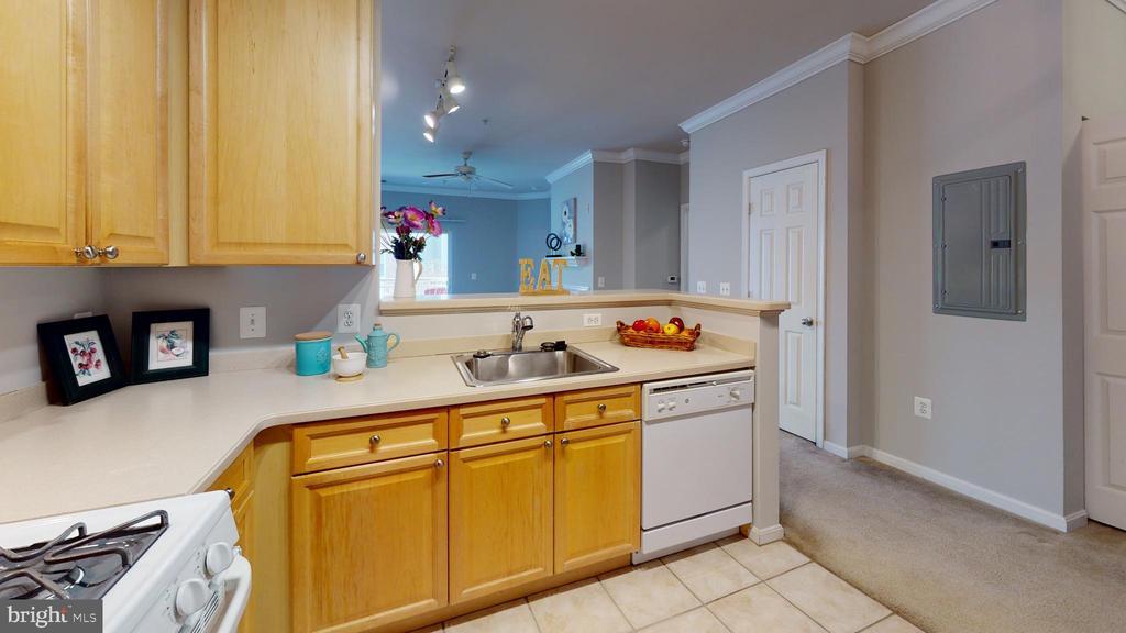 Bright, open kitchen with gas range - 9480 VIRGINIA CENTER BLVD #329, VIENNA