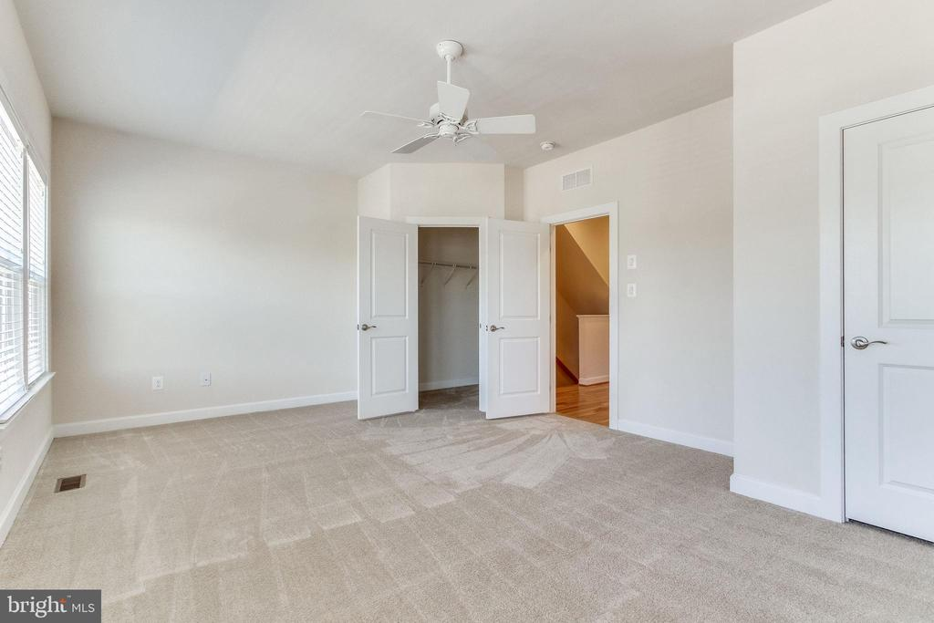 ... is most often two small bedrooms ... - 3160 VIRGINIA BLUEBELL CT, FAIRFAX