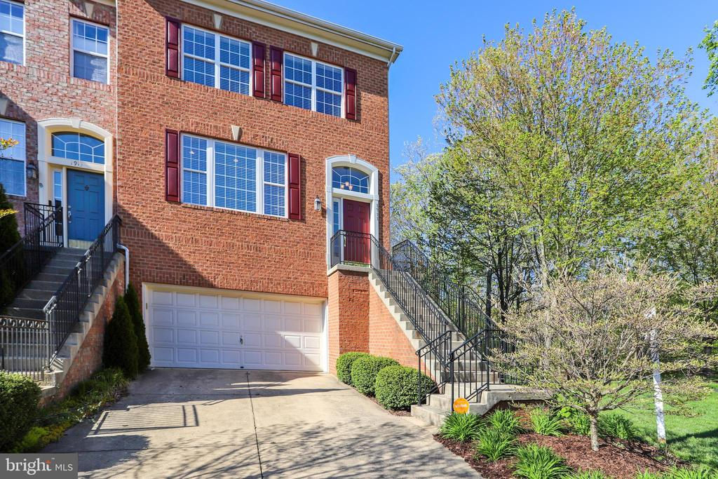 Stately Brick Front End-Unit Garage Townhome - 1911 LOGAN MANOR DR, RESTON