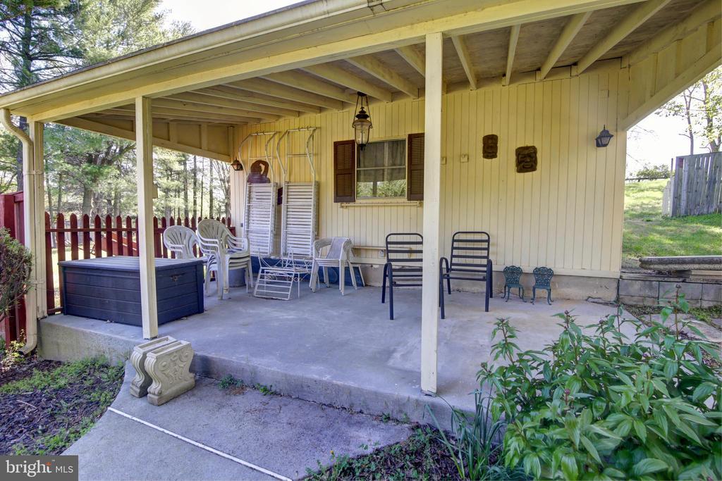 Barn with porch - 14460 MILLTOWN RD, LOVETTSVILLE