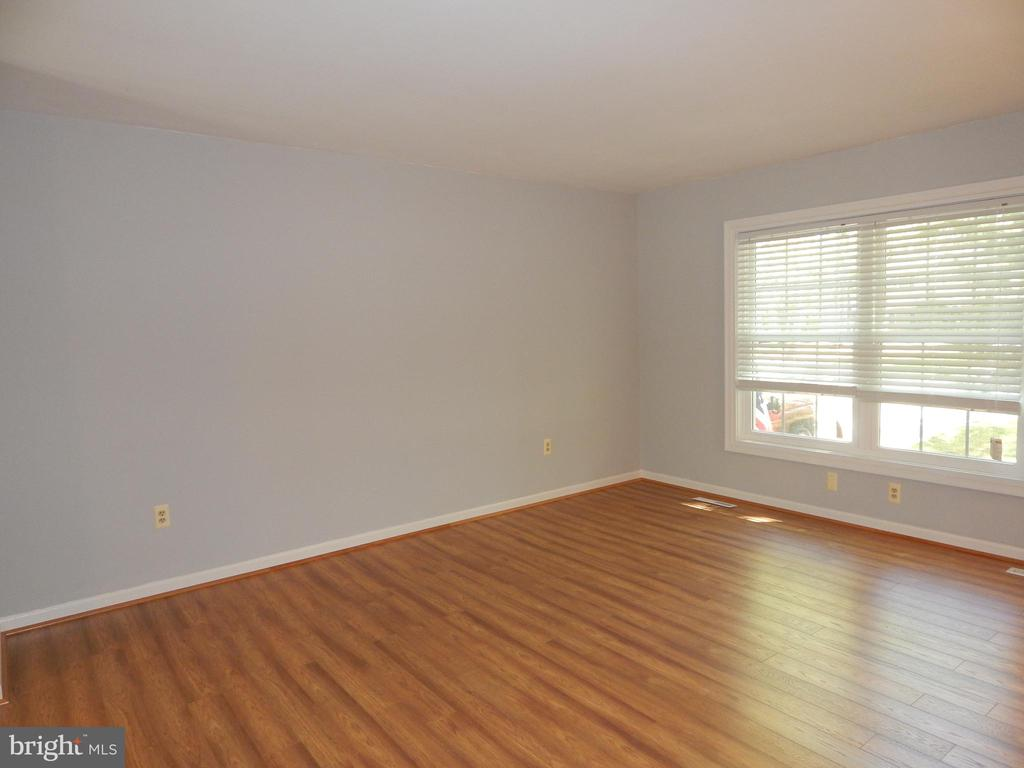 Living room with sparkling new paint and flooring - 4 NORMAN CT, FREDERICKSBURG