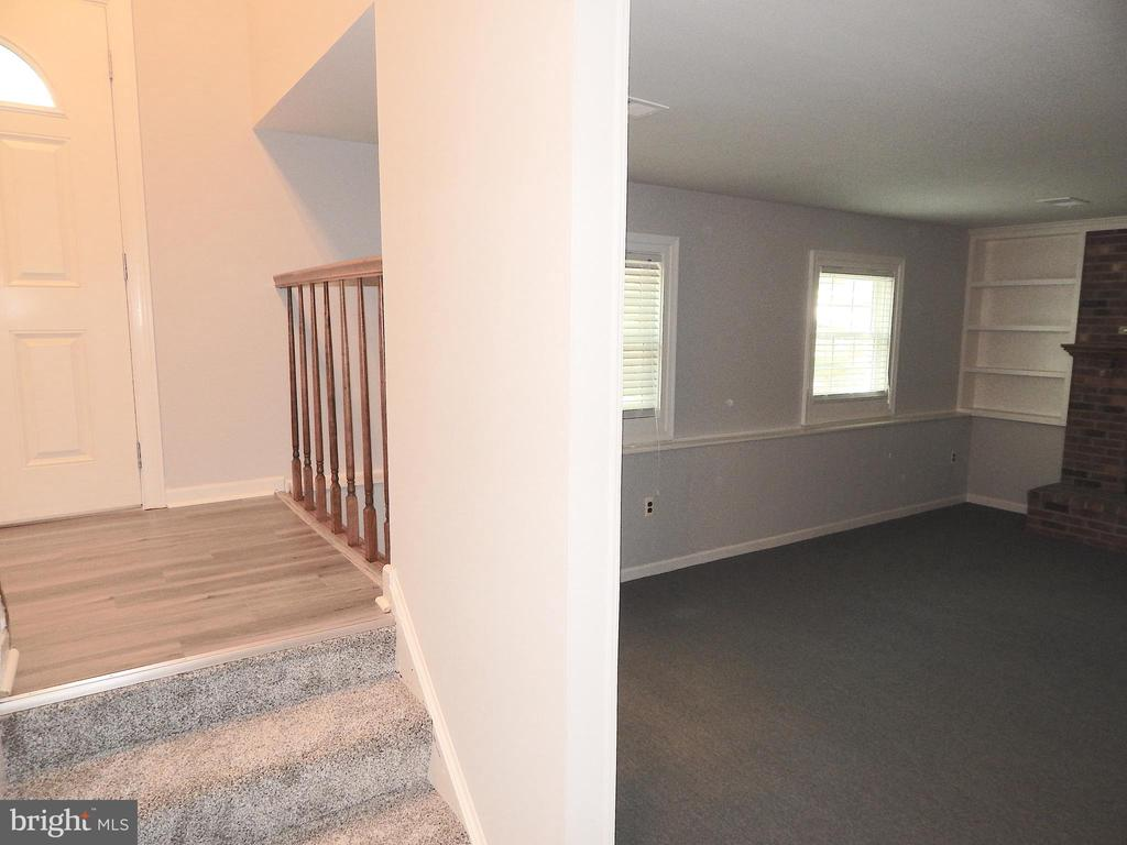 Open foyer railing into family room - 4 NORMAN CT, FREDERICKSBURG