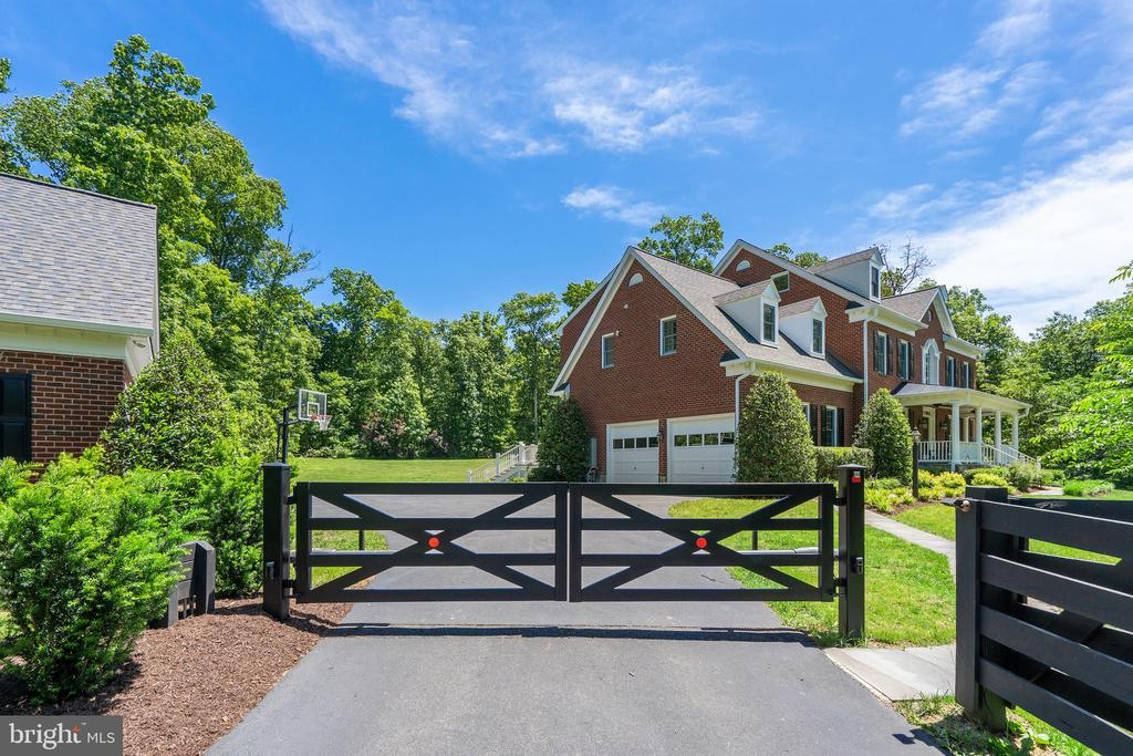 Gated Entrance - 24020 LACEYS TAVERN CT, ALDIE