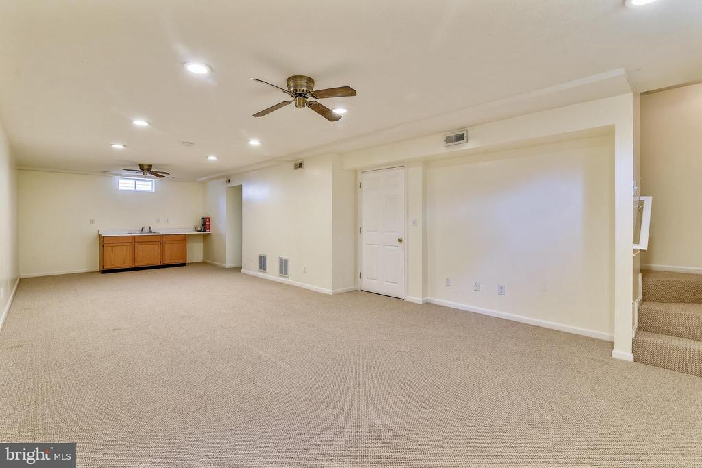 Finished Lower Level Large Recreation Room - 814 CATOCTIN CIR NE, LEESBURG