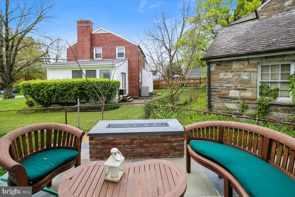 Patio with gas firepit - 5100 FAIRGLEN LN, CHEVY CHASE