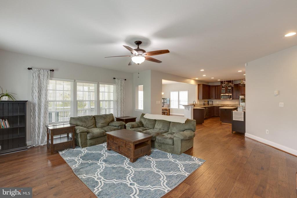 Family to Kitchen - very open! - 25916 SYCAMORE GROVE PL, ALDIE