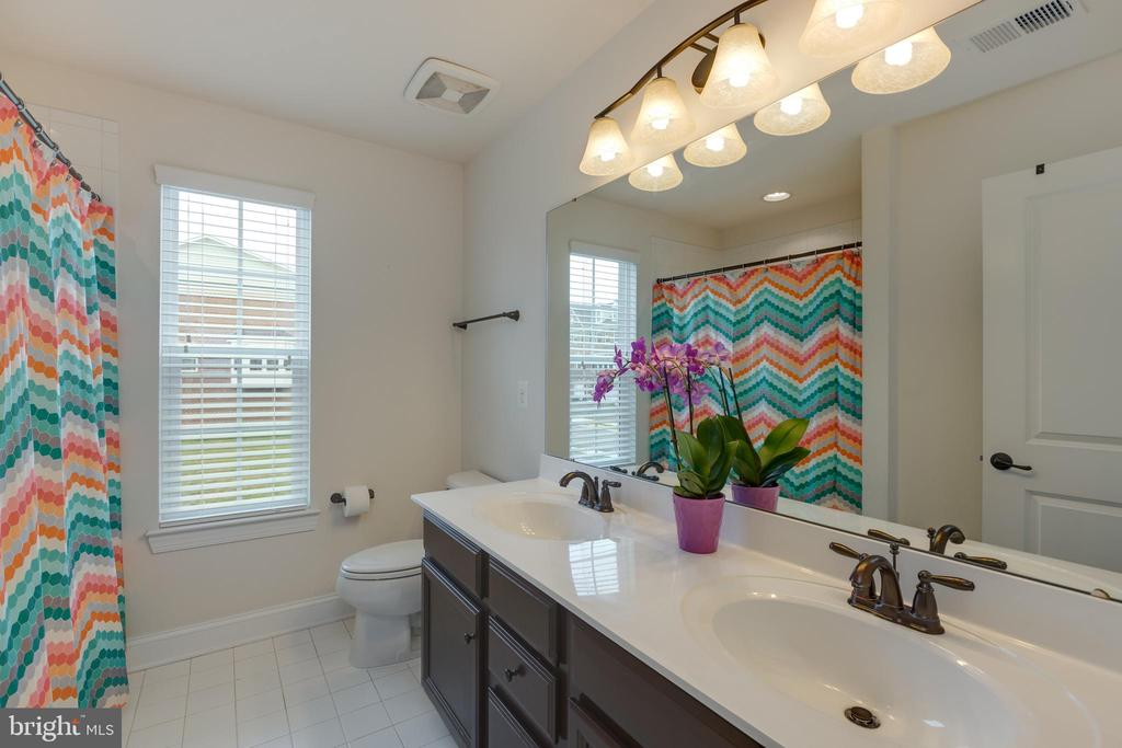Hall bath with double sinks! - 25916 SYCAMORE GROVE PL, ALDIE