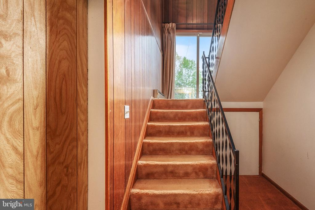 Stairs from Level Level to Main Level - 14720 COURAGE DR, WOODBRIDGE