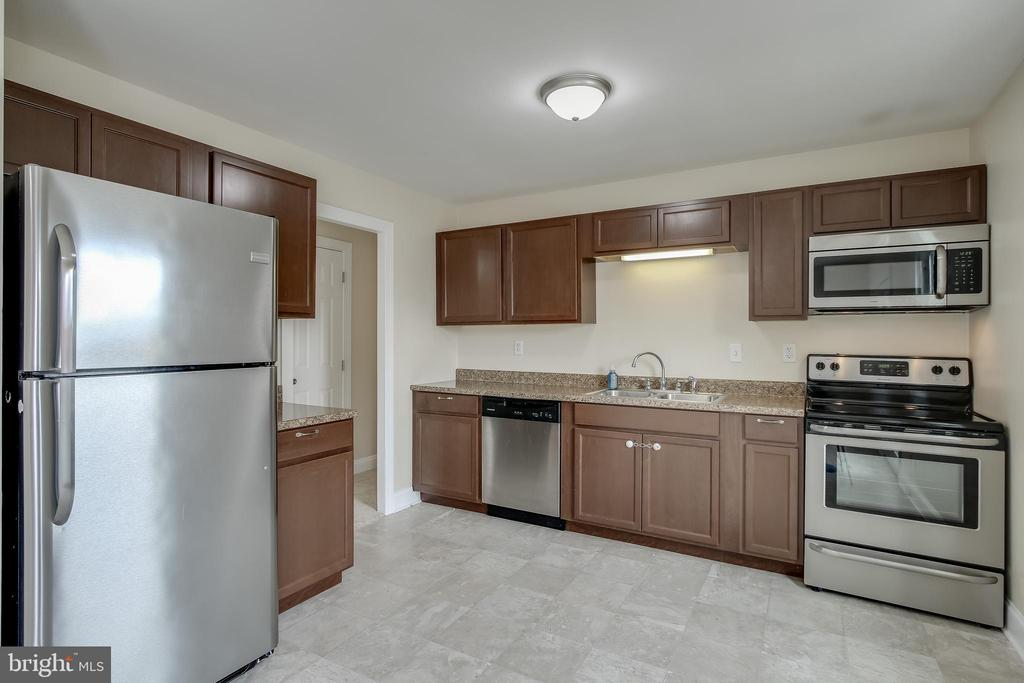 Updated kitchen with SS appliances - 275 PINOAK LN, FREDERICK