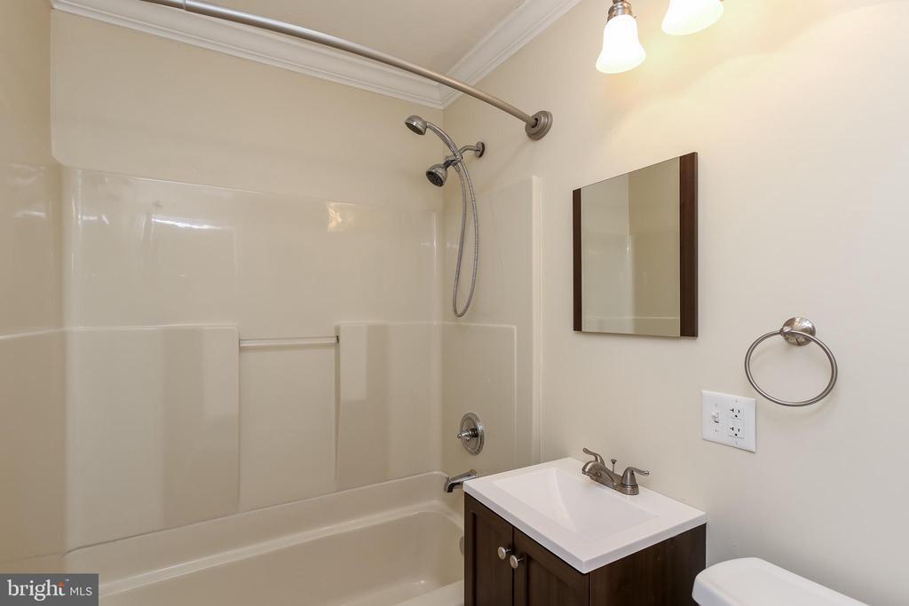 Hall full bath- updated - 275 PINOAK LN, FREDERICK