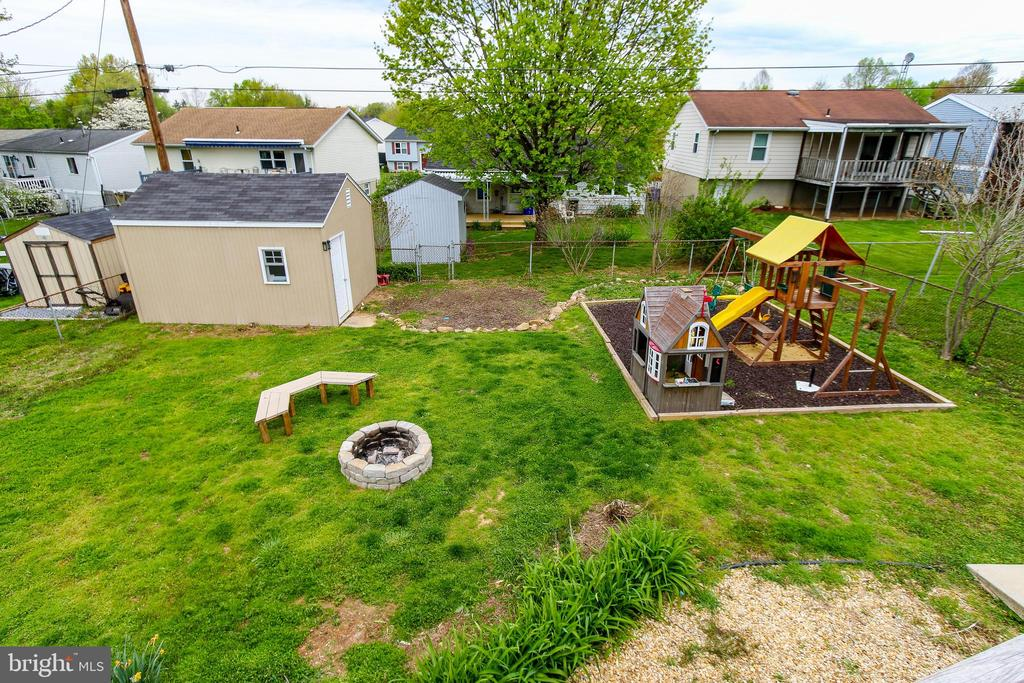 Backyard with play area and fire pit - 275 PINOAK LN, FREDERICK