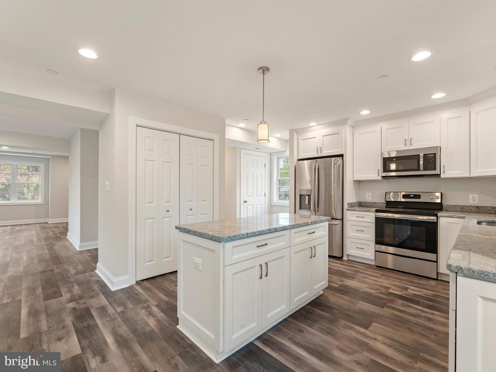 Kitchen island has convenient additional storage - 1211 BARBUD LN, ANNAPOLIS