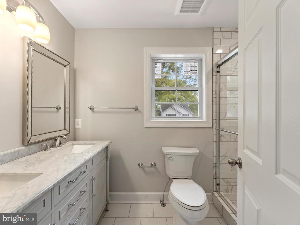 Double vanities and designer mirrors - 1211 BARBUD LN, ANNAPOLIS