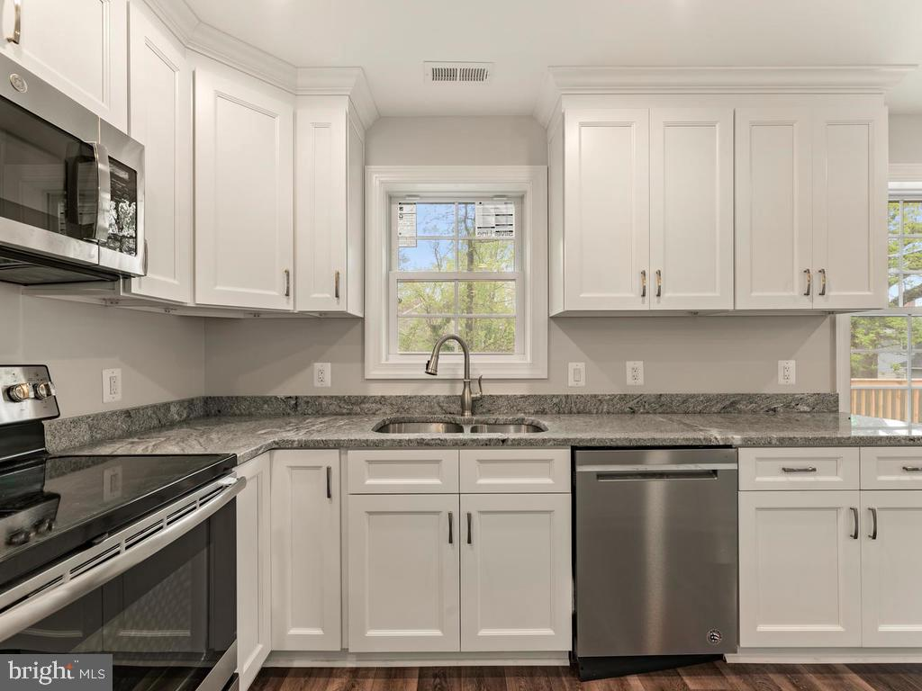 Open, efficient workspace in kitchen - 1211 BARBUD LN, ANNAPOLIS