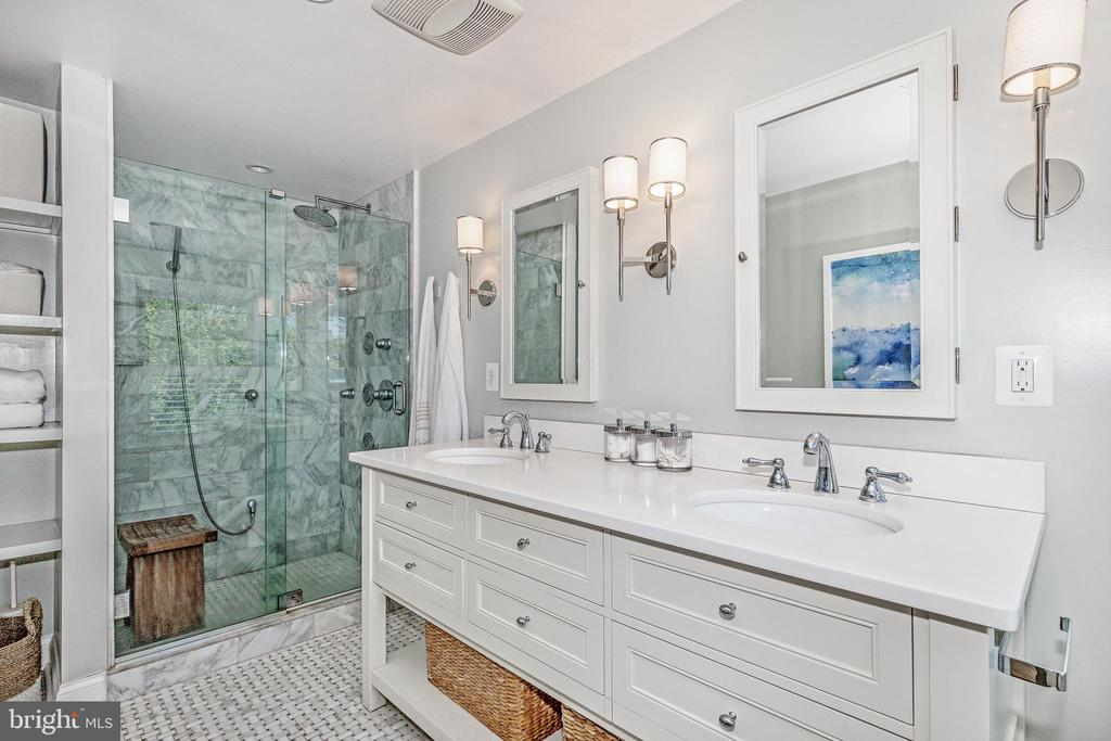 Large ~renovated bathroom ~with spacious~shower - 610 BURNSIDE ST, ANNAPOLIS