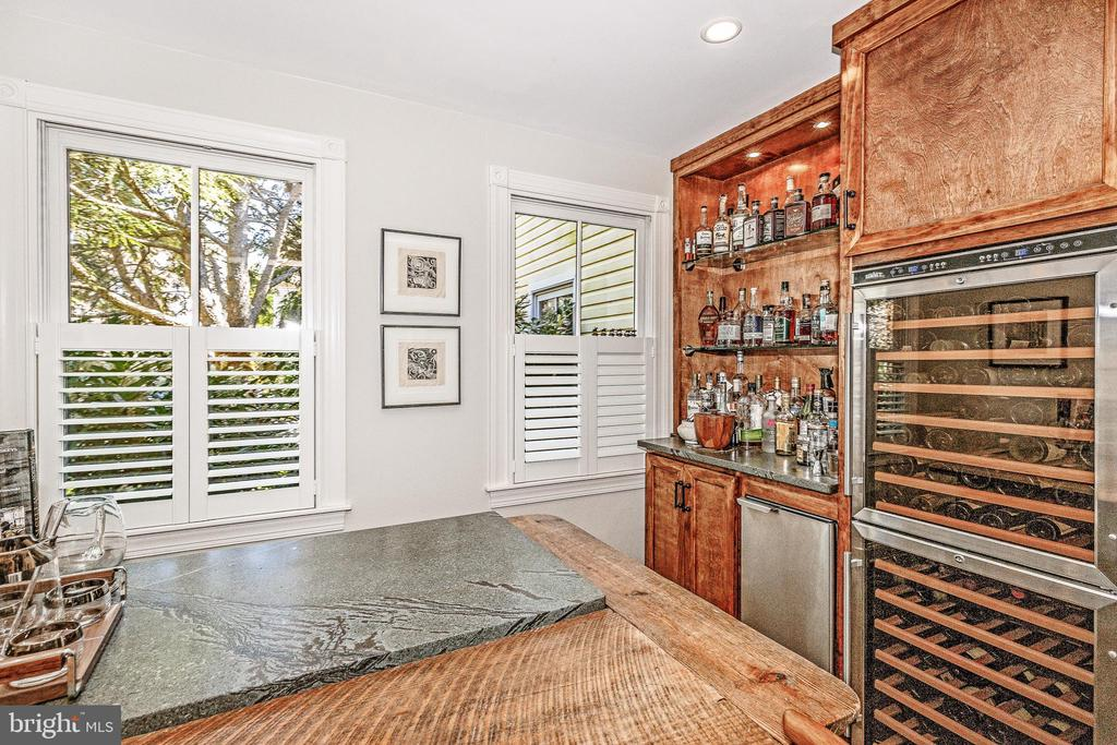 Good use of space with bar and wine fridge - 610 BURNSIDE ST, ANNAPOLIS