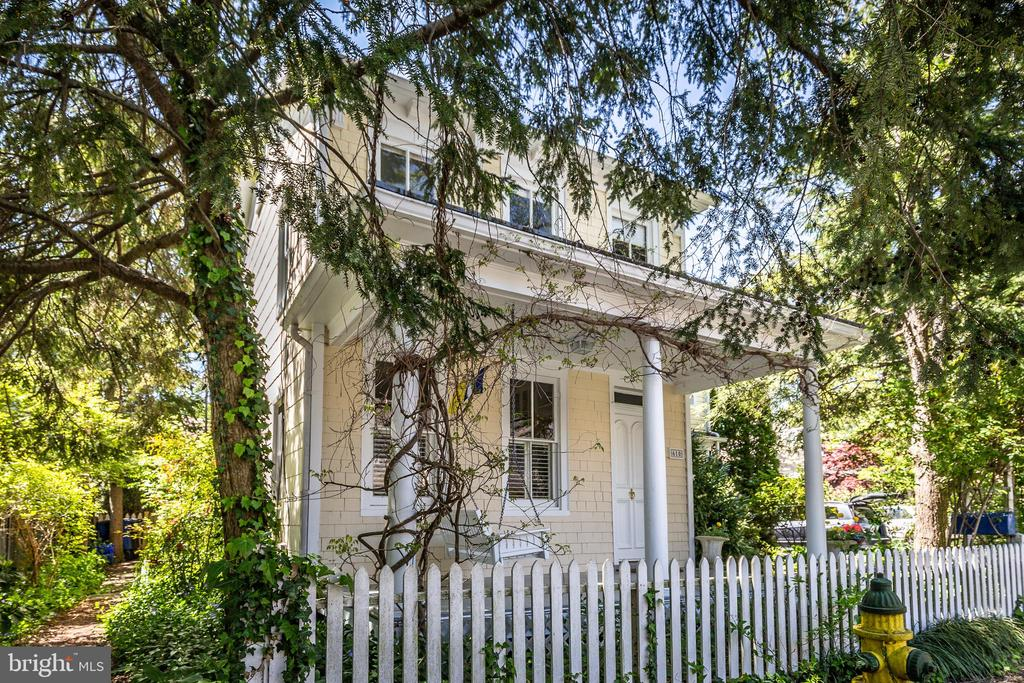 Cottage has character with white picket fence. - 610 BURNSIDE ST, ANNAPOLIS