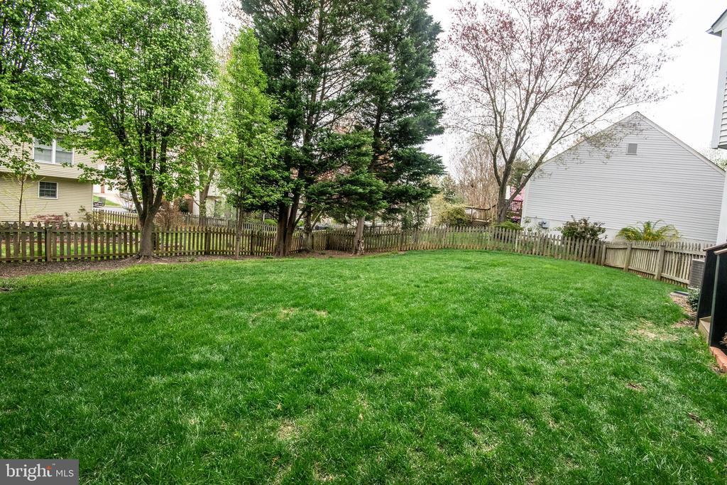 Large fenced yard - 29 BURNS RD, STAFFORD