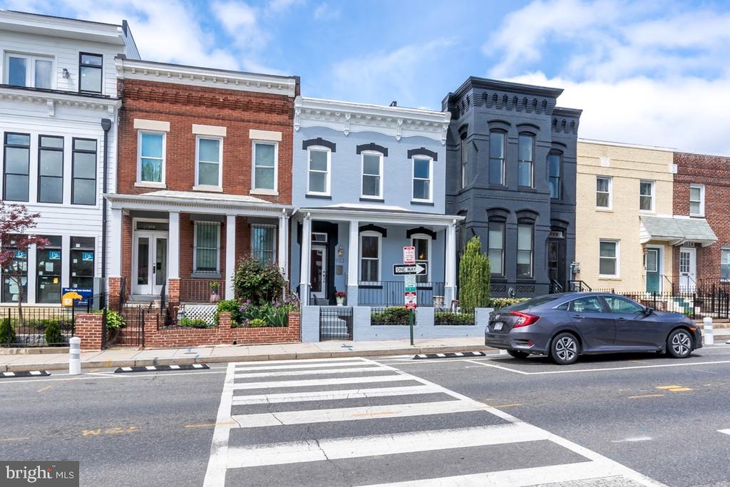 Front facade, bike lanes between house and parking - 1122 6TH ST NE, WASHINGTON