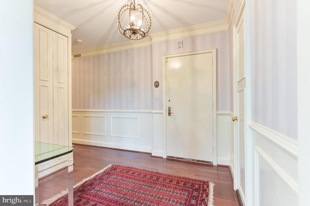 Large, elegant entry foyer - 2801 NEW MEXICO AVE NW #1211, WASHINGTON