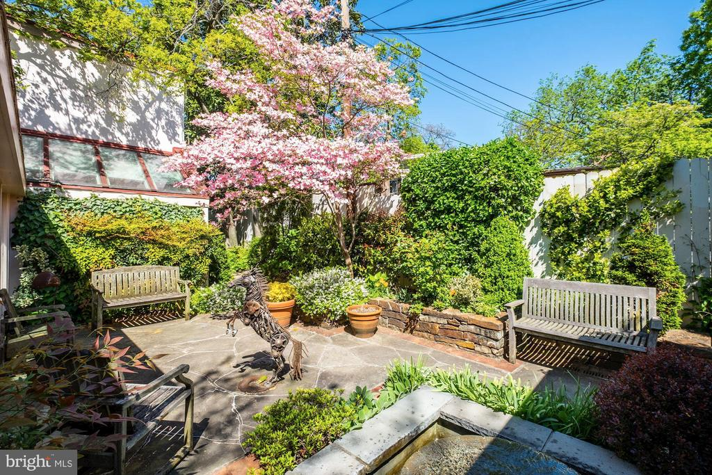 Lovely landscaped patio with fountain - 529 4TH ST SE, WASHINGTON