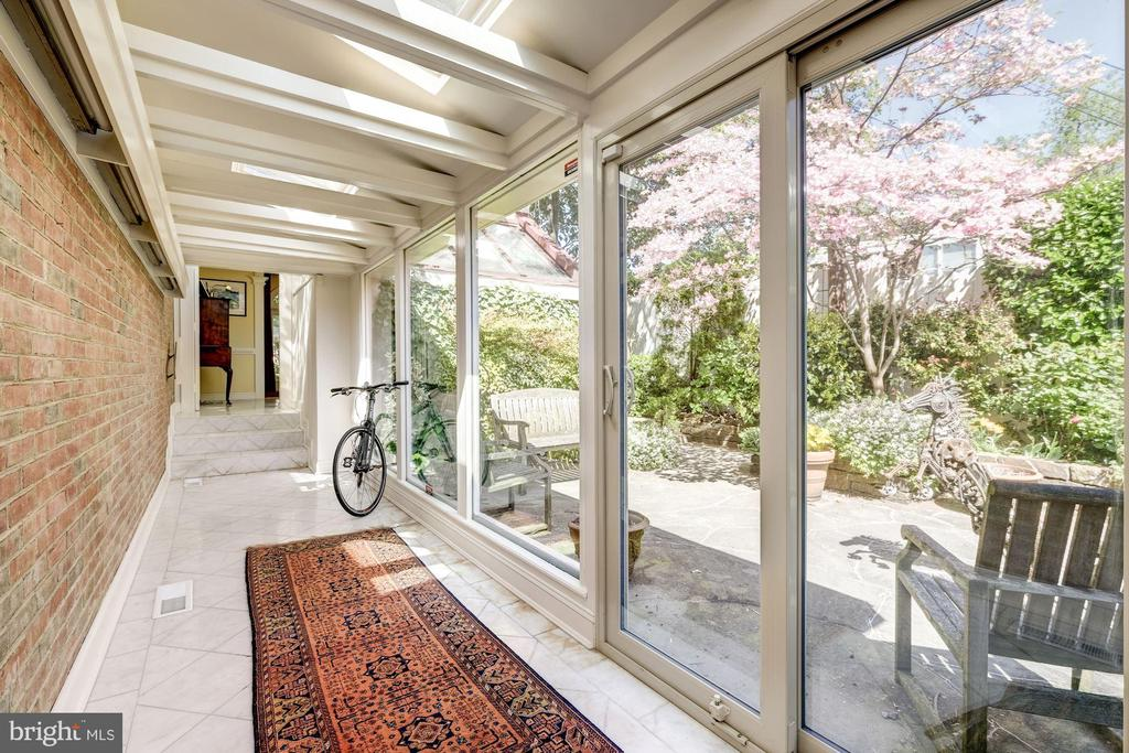 Enclosed breezeway to patio and house annex - 529 4TH ST SE, WASHINGTON