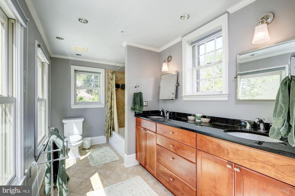Large & bright en-suite bathroom - 529 4TH ST SE, WASHINGTON