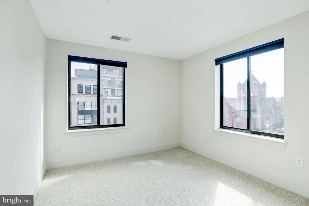 Incredible corner master bedroom w/double windows - 1634 14TH ST NW #404, WASHINGTON