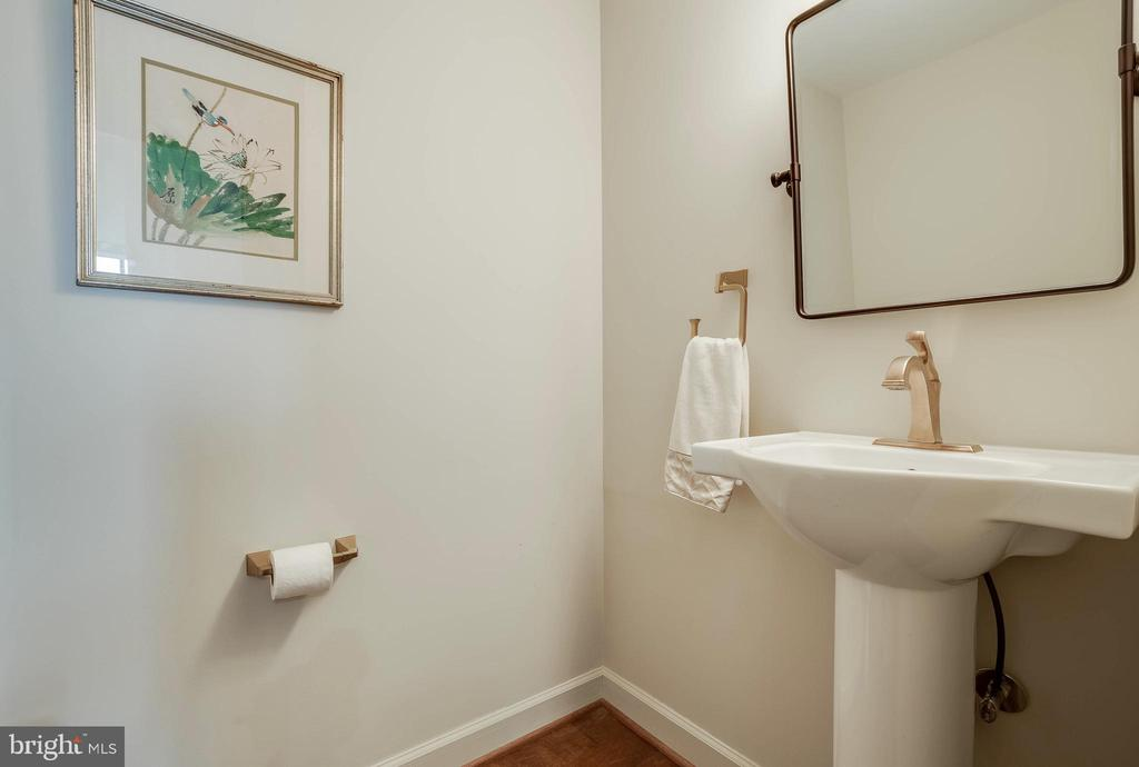 Powder Room - 1300 CRYSTAL DR #PH14S, ARLINGTON
