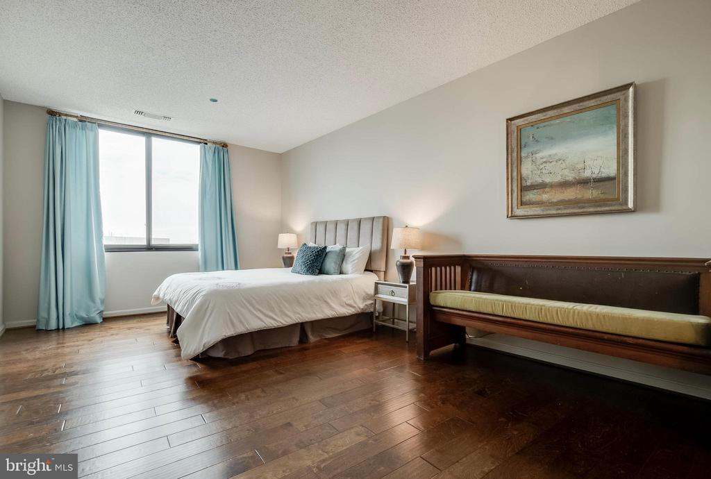 Large 2nd Bedroom - 1300 CRYSTAL DR #PH14S, ARLINGTON